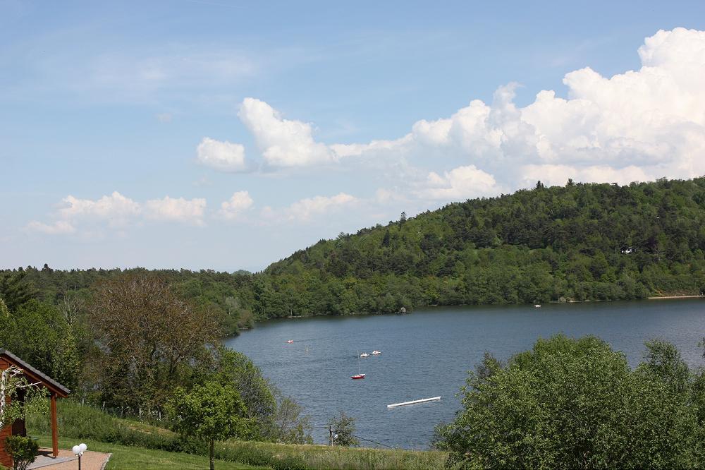 vue sur le lac Aydat de votre location dans le Puy de Dôme